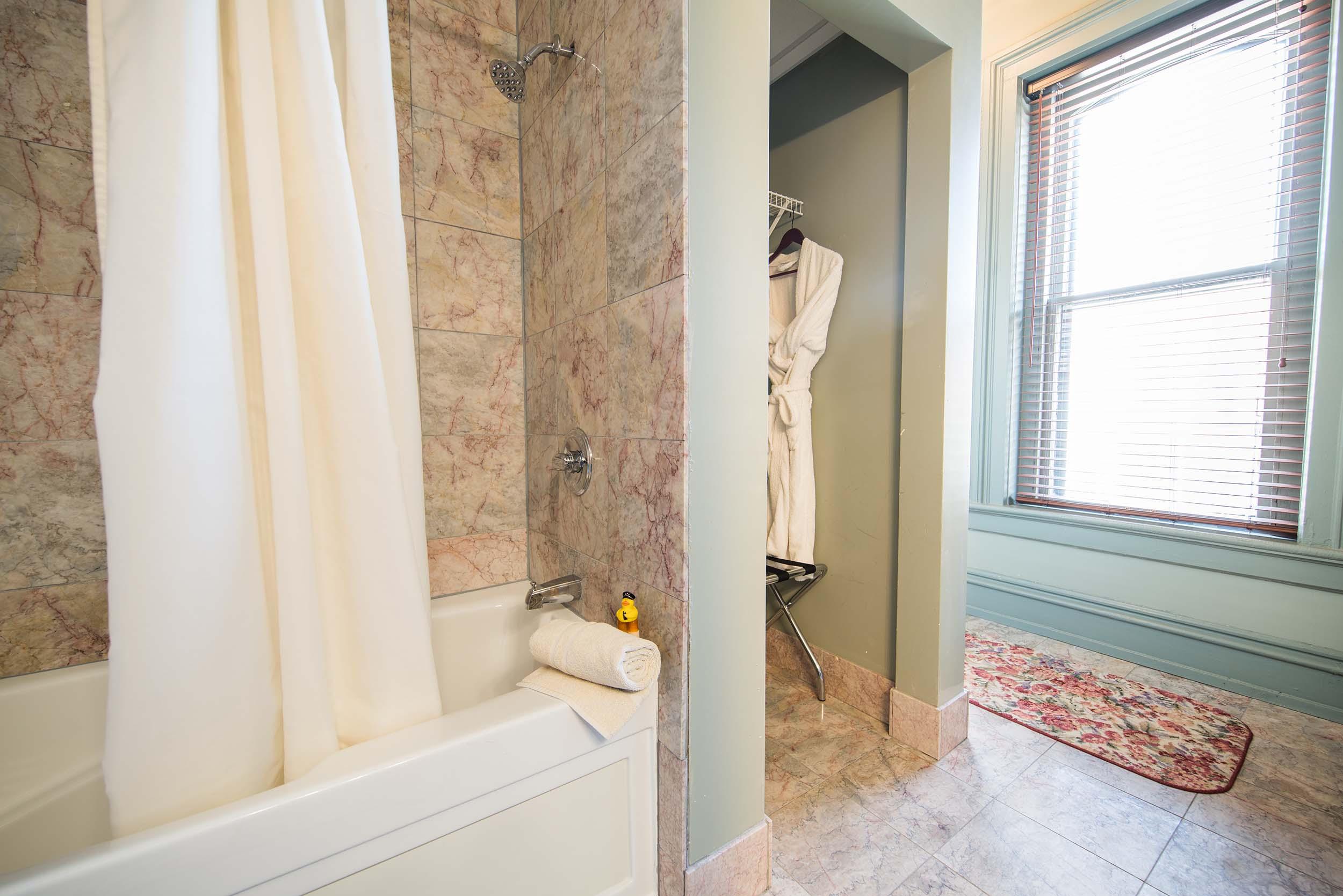 ClassicKing-Bath2-215